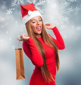 Vrouw met een aankoop zak in een sneeuwvlokken achtergrond