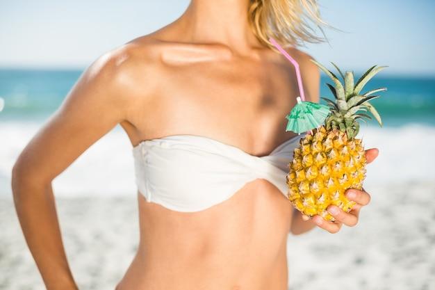Vrouw met een ananas