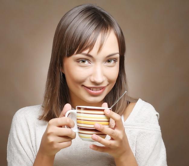 Vrouw met een aromatische koffie in handen