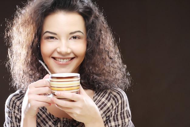 Vrouw met een aromatische koffie