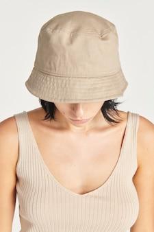 Vrouw met een beige emmerhoed