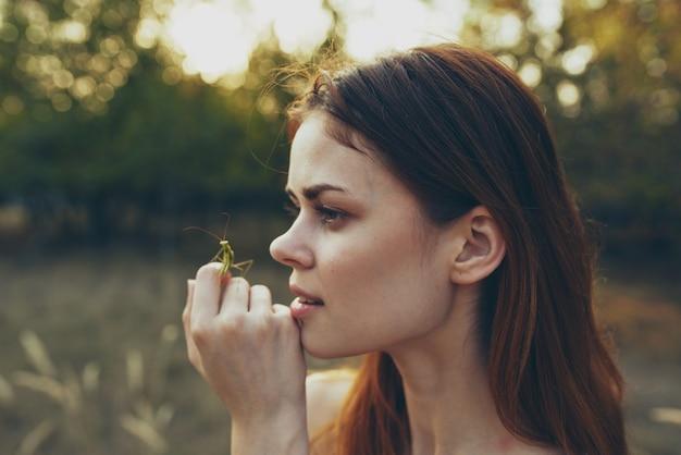 Vrouw met een bidsprinkhaan in de hand natuurwandeling