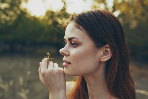 Vrouw met een bidsprinkhaan natuur close-up