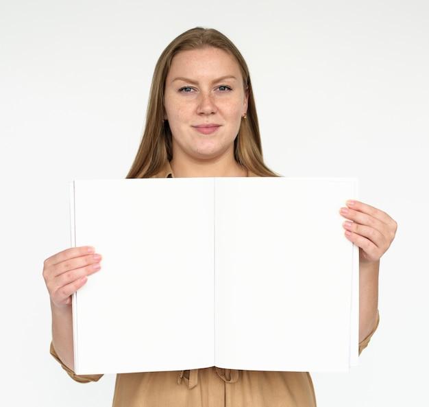 Vrouw met een blanco boek