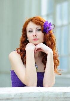 Vrouw met een bloem in haar haren