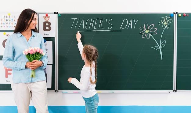 Vrouw met een boeket bloemen op de dag van de leraar
