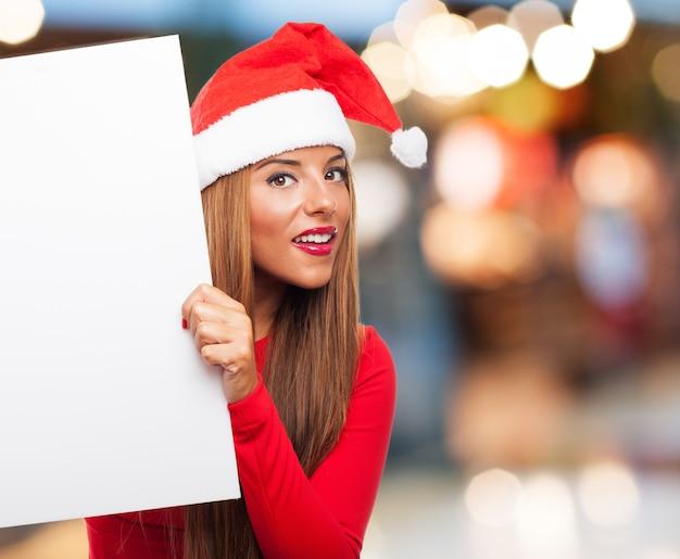 Vrouw met een bord in de straat