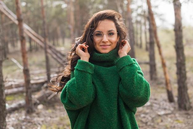 Vrouw met een bril in de natuur
