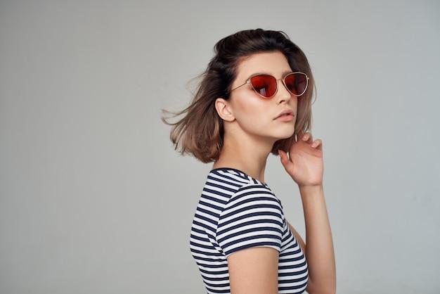 Vrouw met een bril lichte achtergrond lifestyle. hoge kwaliteit foto
