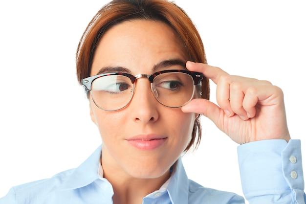 Vrouw met een bril op zoek verrast
