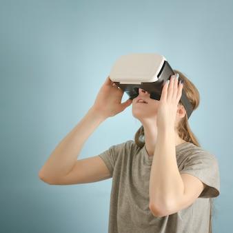 Vrouw met een bril van virtual reality