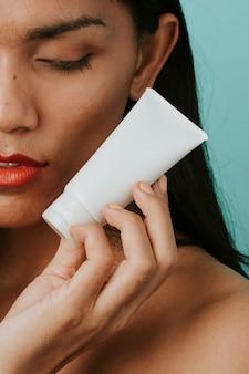 Vrouw met een container voor gezichtscrème