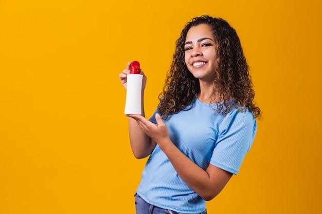 Vrouw met een crème op gele achtergrond
