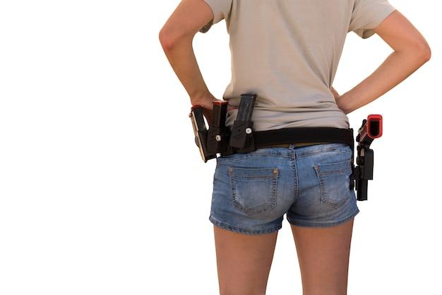 Vrouw met een geïsoleerd kanon op haar tailleband