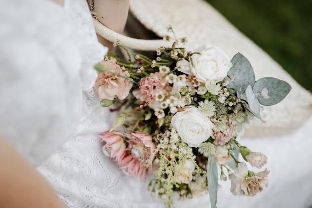 Vrouw met een geweven tas vol bloemen