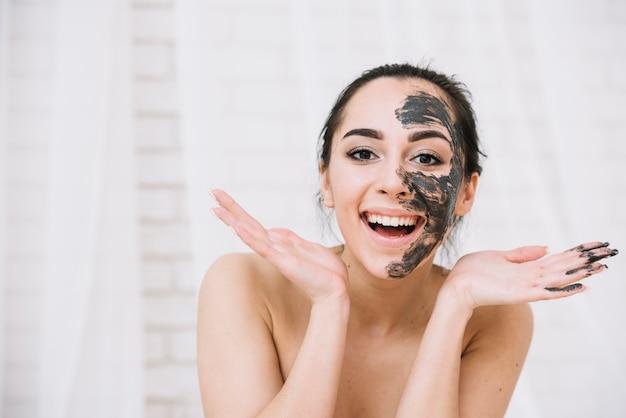 Vrouw met een gezichtsbehandeling