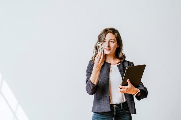 Vrouw met een gloeilamp