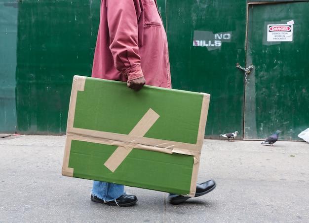 Vrouw met een grote kartonnen verpakking