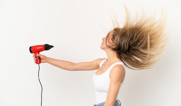 Vrouw met een haardroger over geïsoleerde achtergrond