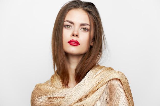 Vrouw met een hoofddoek luxe glimlach charme modieuze stijl lichte achtergrond