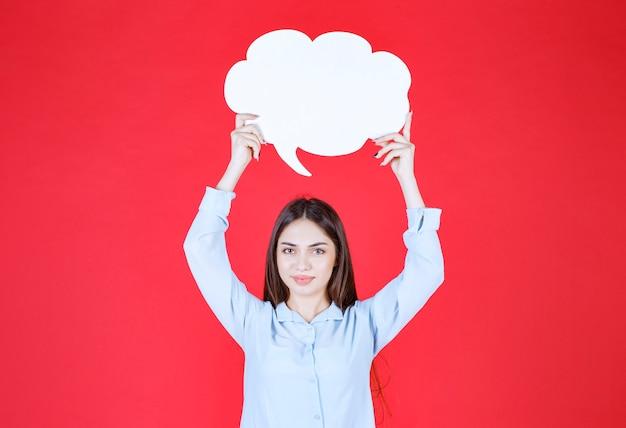 Vrouw met een infobord in de vorm van een wolk.