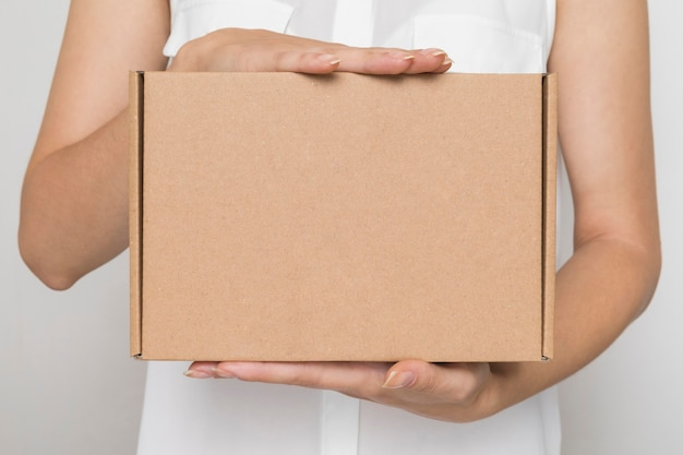 Vrouw met een kartonnen pakket
