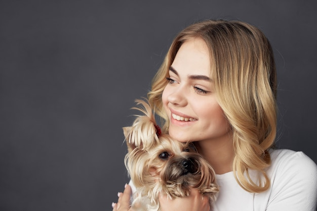 Vrouw met een kleine hond make-up poseren bijgesneden weergave