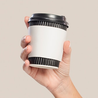 Vrouw met een koffiekopje met ontwerpruimte op de mouw