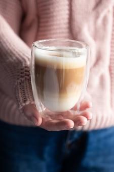 Vrouw met een kopje dalgona-koffie