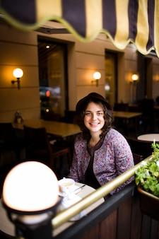 Vrouw met een kopje thee zitten in een café.