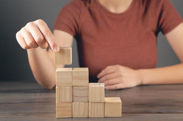 Vrouw met een ladder van kubussen
