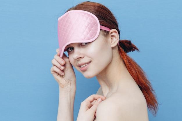 Vrouw met een masker om op haar gezicht te slapen