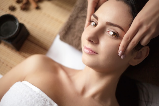 Vrouw met een massage in een spa