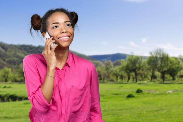Vrouw met een mobiele telefoon buitenshuis