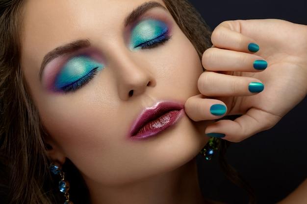 Vrouw met een mooie make-up en kapsel dragen glanzende oorbellen