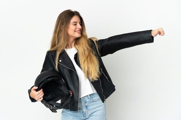Vrouw met een motorhelm geïsoleerd op een witte achtergrond met een duim omhoog gebaar