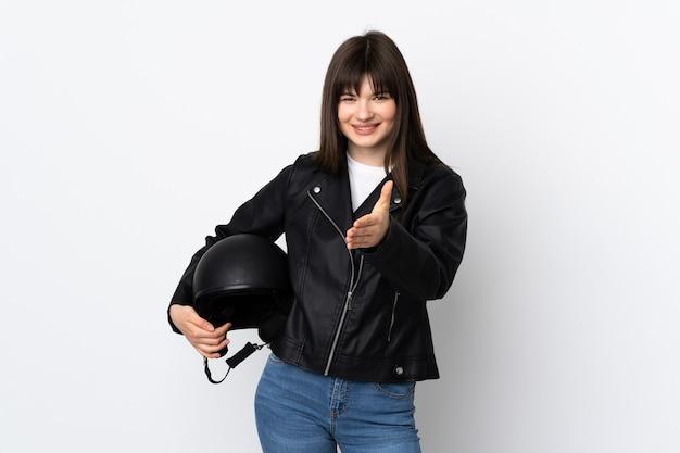 Vrouw met een motorhelm geïsoleerd op wit handshaking na goede deal