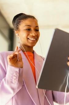Vrouw met een onlinevergadering voor werk