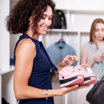 Vrouw met een paar nieuwe roze sneakers