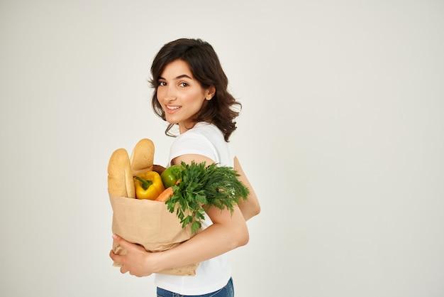 Vrouw met een pakket boodschappen bezorgen gezond eten