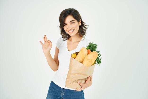 Vrouw met een pakket boodschappen groenten bezorgen
