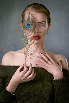 Vrouw met een pauwenveer in het oog