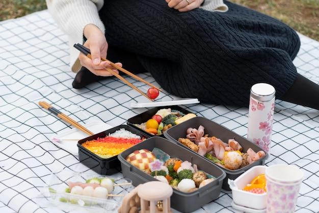 Vrouw met een picknick buitenshuis