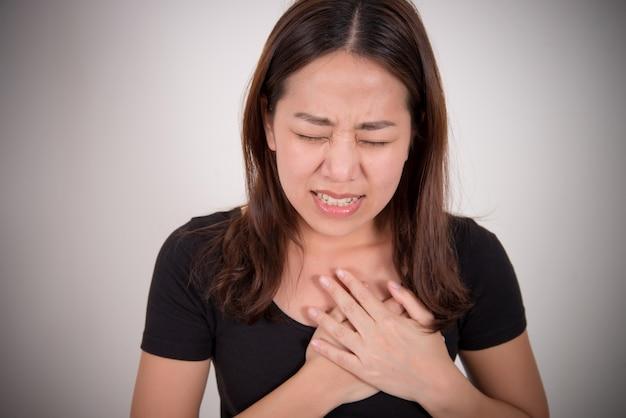 Vrouw met een pijn in het hartgebied