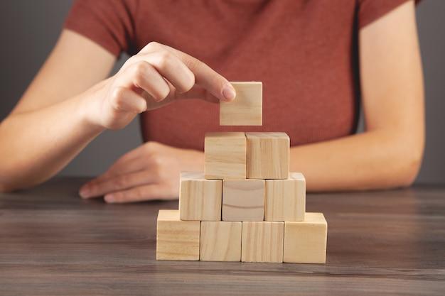 Vrouw met een piramide van kubussen