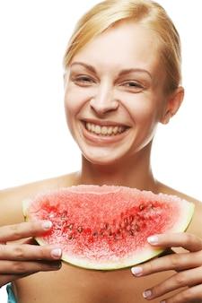 Vrouw met een plakje watermeloen