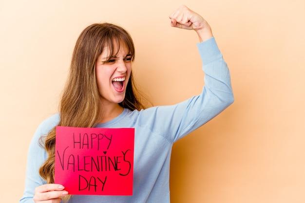 Vrouw met een plakkaat met happy valentijnsdag