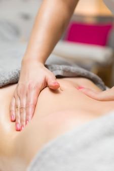 Vrouw met een professionele massage van de buik