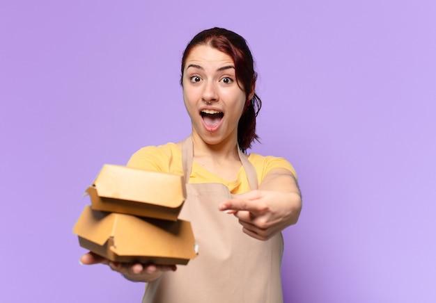 Vrouw met een schort. afhaal hamburger bezorg concept
