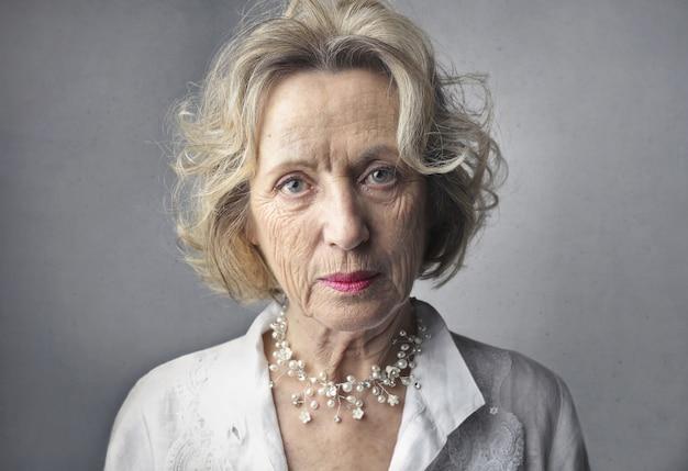 Vrouw met een serieuze blik op haar gezicht